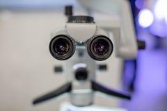 Microscópio dental no fundo da odontologia moderna Equipamento médico Microscópio de funcionamento dental com giratório imagens de stock royalty free
