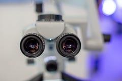 Microscópio dental no fundo da odontologia moderna Equipamento médico Microscópio de funcionamento dental com giratório fotografia de stock