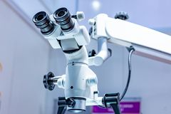 Microscópio dental no fundo da odontologia moderna Equipamento médico Microscópio de funcionamento dental com giratório imagem de stock royalty free