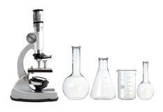 Microscópio do metal do laboratório e tubos de ensaio vazios isolados no whi Foto de Stock