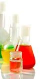 Microscópio e garrafas com líquido no close up do laboratório Imagens de Stock
