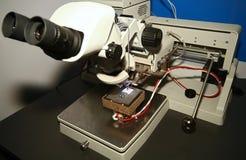 Microscópio e PWB Fotografia de Stock