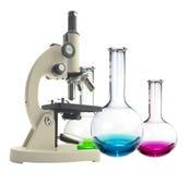 Microscópio e tubos de ensaio do metal do laboratório com o líquido isolado Fotos de Stock Royalty Free