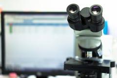 microscópio em um laboratório de ciência para encontrar algo especial imagens de stock