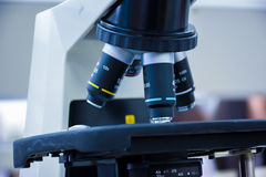 Microscópio no laboratório Fotografia de Stock Royalty Free