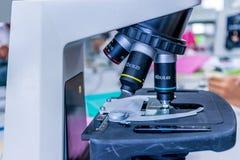 Microscópio no laboratório Imagem de Stock