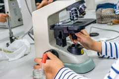 Microscópio no laboratório Imagens de Stock