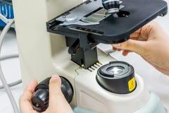 Microscópio no laboratório Fotos de Stock Royalty Free