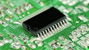 Microschakelingsspaander met elektronische componenten stock videobeelden