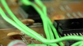 Microschakelingsspaander met elektronische componenten stock footage