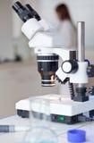 microscoop in een laboratorium Stock Afbeeldingen