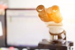 microscoop in een wetenschapslaboratorium om iets speciaal te vinden royalty-vrije stock foto