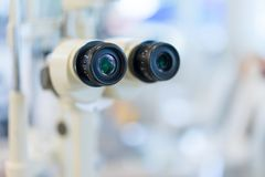 Microscoop in een wetenschapslaboratorium om iets voor de toekomst nieuw te vinden royalty-vrije stock foto