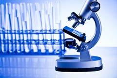 Microscoop en laboratorium Stock Foto's