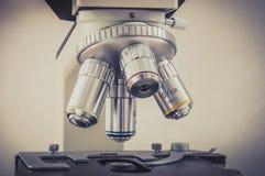 Microscoop in het laboratorium van het wetenschappelijke en gezondheidszorgonderzoek Stock Foto