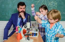 microscoop optisch instrument bij wetenschapsklaslokaal Terug naar School gelukkige kinderenleraar leer het gebruiken van microsc royalty-vrije stock afbeeldingen