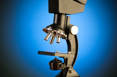 Microscoop tegen gradiëntachtergrond stock foto's