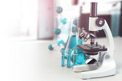 Microscope avec la verrerie de laboratoire, les flacons et les colbas Laborat de la Science Images libres de droits