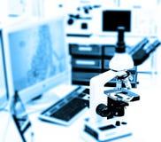 Microscope dans le laboratoire photographie stock