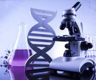 Microscope dans le laboratoire médical, la recherche et l'expérience photographie stock libre de droits