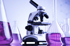 Microscope dans le laboratoire médical, la recherche et l'expérience photographie stock