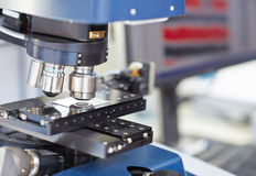 Microscope dans un laboratoire Images stock