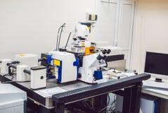 Microscope de balayage optique Confocal de laser pour l'échantillon biologique photographie stock