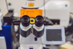 Microscope de balayage optique Confocal de laser pour les échantillons biologiques photo stock
