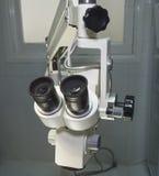 Microscope de pointe dans une salle d'opération Image stock
