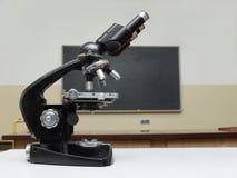 Microscope de vieille école photographie stock