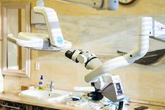 Microscope dentaire équipement pour le traitement dentaire de qualité photographie stock libre de droits