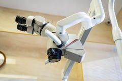 Microscope dentaire équipement pour le traitement dentaire de qualité photographie stock