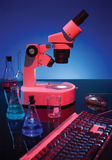 Microscope et clavier photo stock