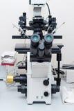 Microscope moderne dans le laboratoire biotechnologique Équipement dans le laboratoire de la fertilisation photos libres de droits
