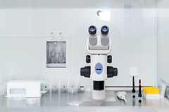 Microscope moderne dans le laboratoire biotechnologique Équipement dans le laboratoire de la fertilisation photos stock