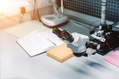 Microscope optique industriel Lieu de travail pour le contrôle de qualité des cartes électroniques Images libres de droits