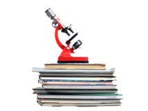 Microscope sur des livres Photo libre de droits