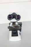 Microscope sur un bureau Photographie stock