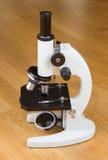 Microscope sur une table Photographie stock libre de droits