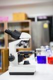 microscopes dans un laboratoire images libres de droits