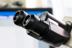 Microscopes modernes dans un laboratoire images libres de droits