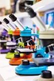 Microscopi per i bambini a scuola Immagine Stock Libera da Diritti