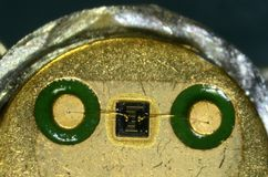 Microscopie de l'intérieur d'un type type BC140 des années 1990 de transistor de silicium photo stock