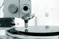 Microscopio científico en un laboratorio Imágenes de archivo libres de regalías