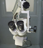 Microscopio de alta tecnología en una sala de operaciones Imagen de archivo