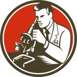 Microscopio de Lab Researcher Chemist del científico retro Imágenes de archivo libres de regalías