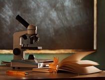 Microscopio del banco in aula Immagini Stock Libere da Diritti