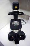 Microscopio del laboratorio Imágenes de archivo libres de regalías