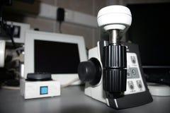 Microscopio del laboratorio Foto de archivo libre de regalías