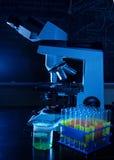 Microscopio del laboratorio con los tubos de prueba Fotos de archivo libres de regalías